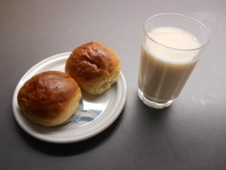 Bilderesultat for boller og melk